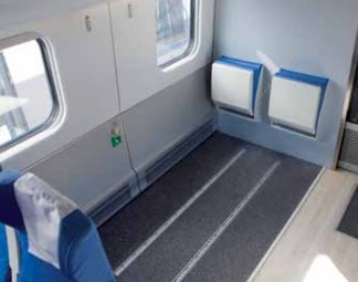 Espacio reservado delante de asiento plegable con guías de anclaje a piso.