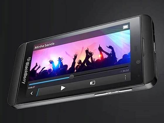 Smartphone BlackBerry Z10 tem ótimo design e sistema com recursos práticos