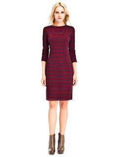 kısa kırmızı siyah çizgili abiye modeli, rahat ve şık, günlük giyim için tasarlanmış elbise modeli