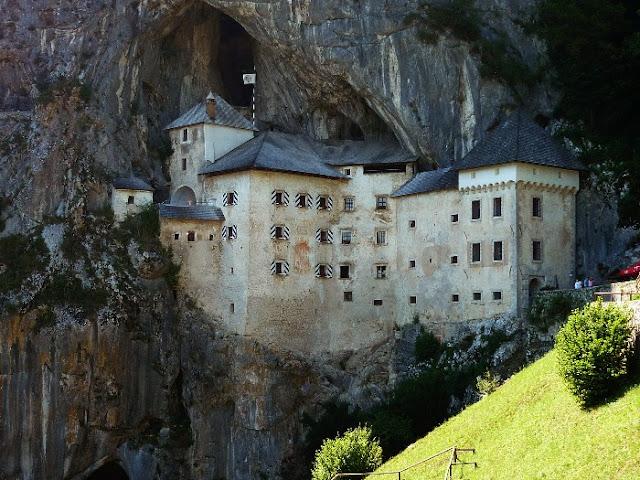 visita al castello di predjama, slovenia