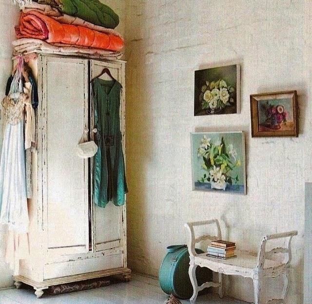 Muebles desgastados por el paso del tiempo, envejecidos y adaptados al espacio