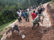Peyizan Ti Boukan mobilize pou travay sou wout bò lakay yo
