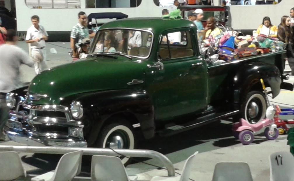 Uma das caminhonetes carregada de brinquedos.