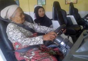 Gambar nenek sedang main game