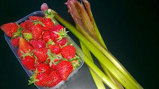 Crumble vanillé fraises-rhubarbes