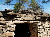 Detall de la porta amb la llinda de fusta de la barraca de vinya de la Serra Mitjana