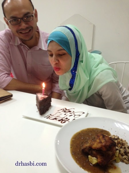 Adibah tiup lilin Kek happy birthday di kedai Cotton Craft Shah Alam