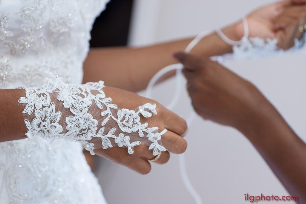 la mariée enfile ses mitaines