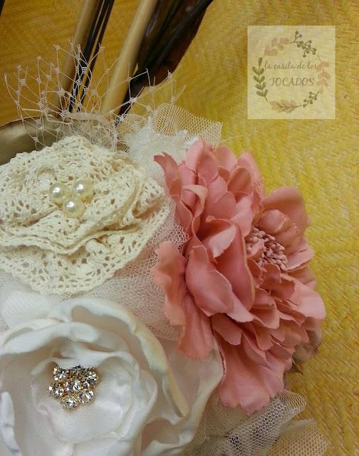 bouquet para novia realizado a mano con tejidos, broches y otros materiales