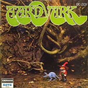 """Um som prog sem uma guitarra? Isso é exatamente o que este quarteto britânico do início dos anos 70 é. Originalmente, eles se tornaram conhecidos principalmente porque """"Paul Kossof"""" e """"Simon Kirke"""" tocavam na lendária banda """"Free"""". A partir de então, """"Aardvark"""" era principalmente gravado em estúdio e no momento em que gravou seu único álbum, a formação consistia em """"Stan Aldous"""" (baixo), """"Frank Clark"""" (bateria), """"Steve Modista"""" (teclados, gravador, vibrafone) e """"Dave Skillin"""" (vocal). Comparações não são fáceis, mas, provavelmente, alguém poderia dizer que sua música tem o poder de """"ELP"""" misturado com um pouco de R & B à la """"Procol Harum"""" e início do """"Moody Blues"""". Tons de """"Greenslade"""" e """"Pink Floyd"""" também estão presentes. Como é de se esperar, o material do """"Aardvark"""" é altamente órgão Hammond, o peso da música é porque o órgão Hammond, que mais ou menos simula o trabalho de uma guitarra distorcida. Os vocais crescentes por """"Skillin"""" são agradáveis e a música, que embora não seja muito original, com uma leve falta de variedade, é bastante melódica. O álbum contém interação de piano / teclado, bem como alguns bons riffs de guitarra e refrões harmônicos. Os pontos baixos, seguindo a moda do início dos anos 70, muitas faixas se arrastar por muito tempo. Além disso, possivelmente porque o Hammond dominante não resisti ao teste do tempo, o álbum infelizmente parece bastante desatualizado. Finalmente, os cortes que funcionam melhor tendem a ser os menos progressistas. No geral, """"Aardvark"""" é um esforço musical honesto para os tempos, um interessante experimento da arte rupestre com uma ligeira vantagem progressiva. Recomendado exclusivamente para colecionadores de início dos anos 70, heavy prog órgão Hammond. Fãs de """"Spring"""", """"Cressida"""" ou """"Fields"""" também deve dar-lhes uma tentativa."""