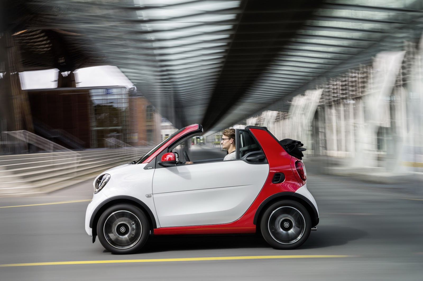 smart drops the top on new fortwo cabrio carscoops. Black Bedroom Furniture Sets. Home Design Ideas
