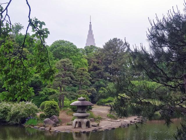 庭園と代々木ドコモビル,新宿御苑〈著作権フリー無料画像〉Free Stock Photos