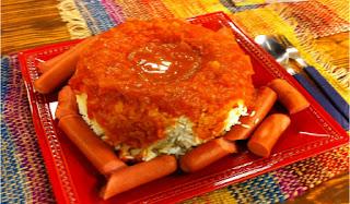 Arroz con salchichas y salsa