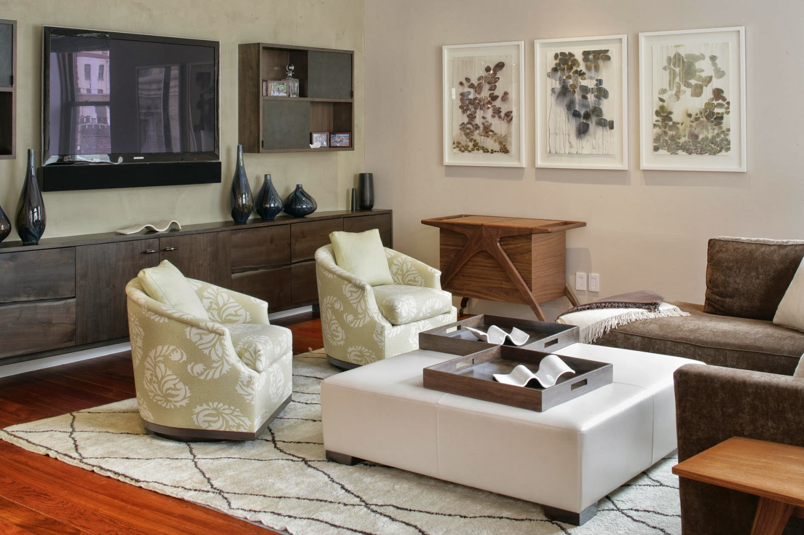 cozy lounge with neutral color palette and earthly tone furnishings