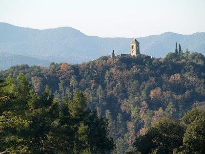El campanar de Sant Julià Sassorba des del dipòsit del Borrell