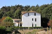 La moderna masia Coll de Poses i a la seva esquerra l'antic mas que li dona nom vistos des de la Rambla de la Pineda