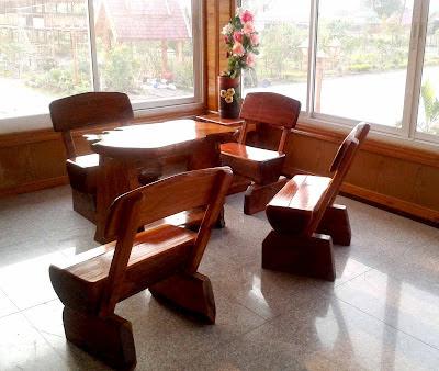ชุดโต๊ะไม้บนชั้นสองโรงแรมนกยูงทอง