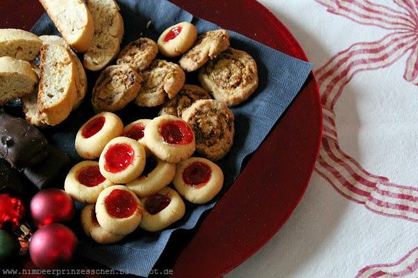 Plätzchen Kekse Himbeerprinzesschen Cantuccini Engelsaugen Dominosteine Pistazienschnecken roter Teller