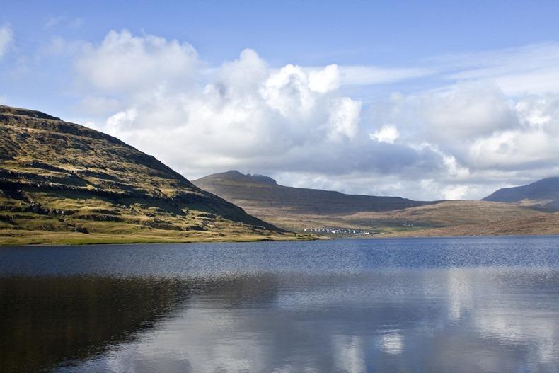 El Lago Sørvágsvatn en las Islas Feroe