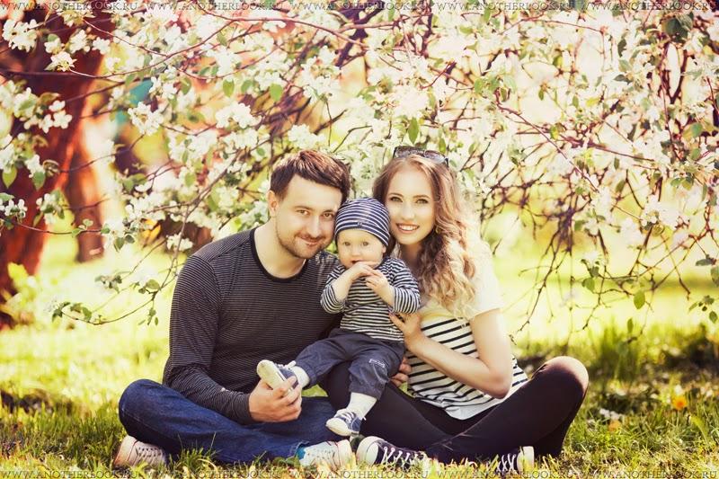 семейная фотосессия в цветущем саду