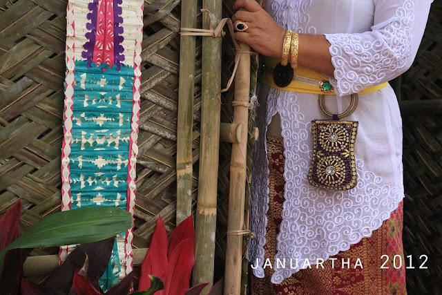 bali image : Perhiasan dan aksesoris yang dipakai salah satu keluarga Puri Kerambitan pada prosesi Abhiseka Ida Anglurah Kerambitan XII