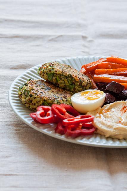 Povrćne ćufte sa pečenom cveklom i šargarepom, namazom od leblebije, jajem i svježim povrćem