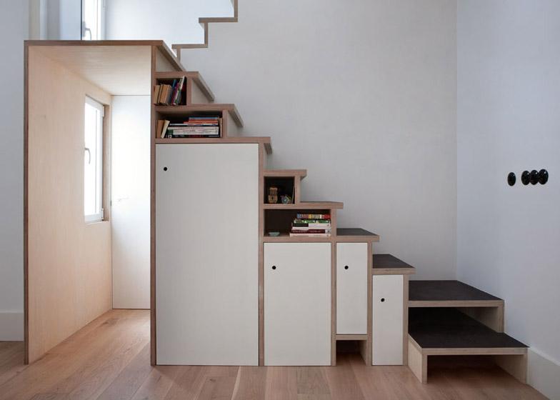 Scala libreria che incornicia la porta di un appartamento a Madrid ...