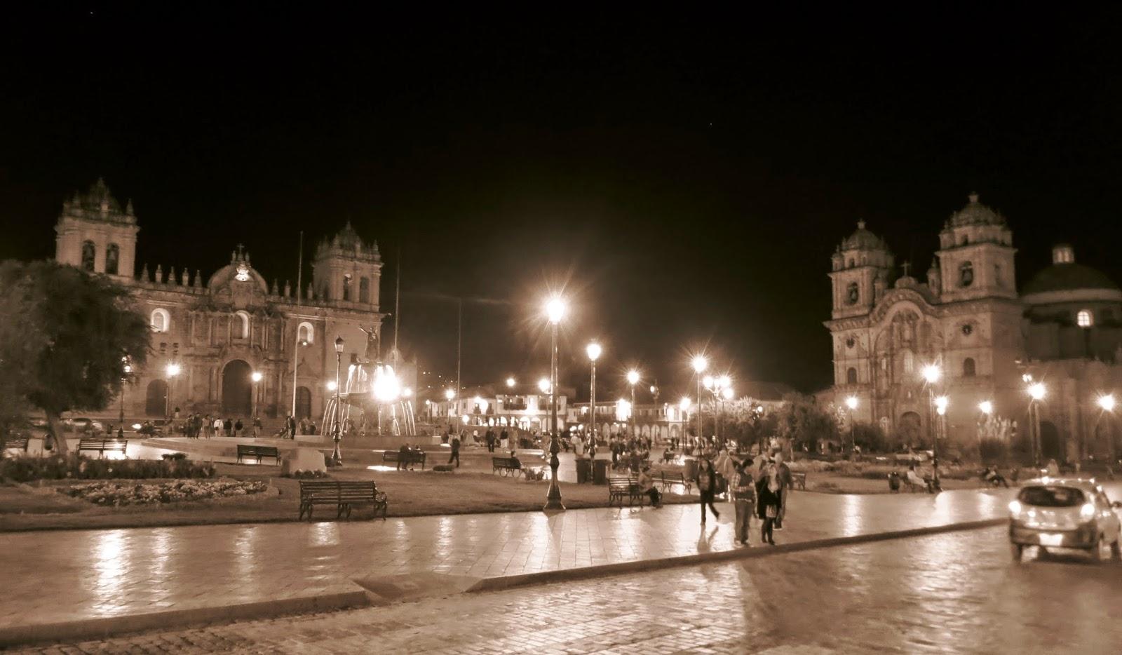 Plaza de Armas de noche en Cusco.