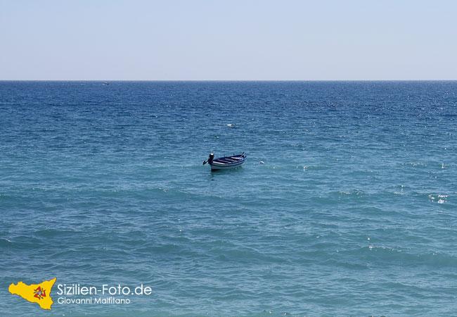 Boot auf dem Meer bei Giardini Naxos