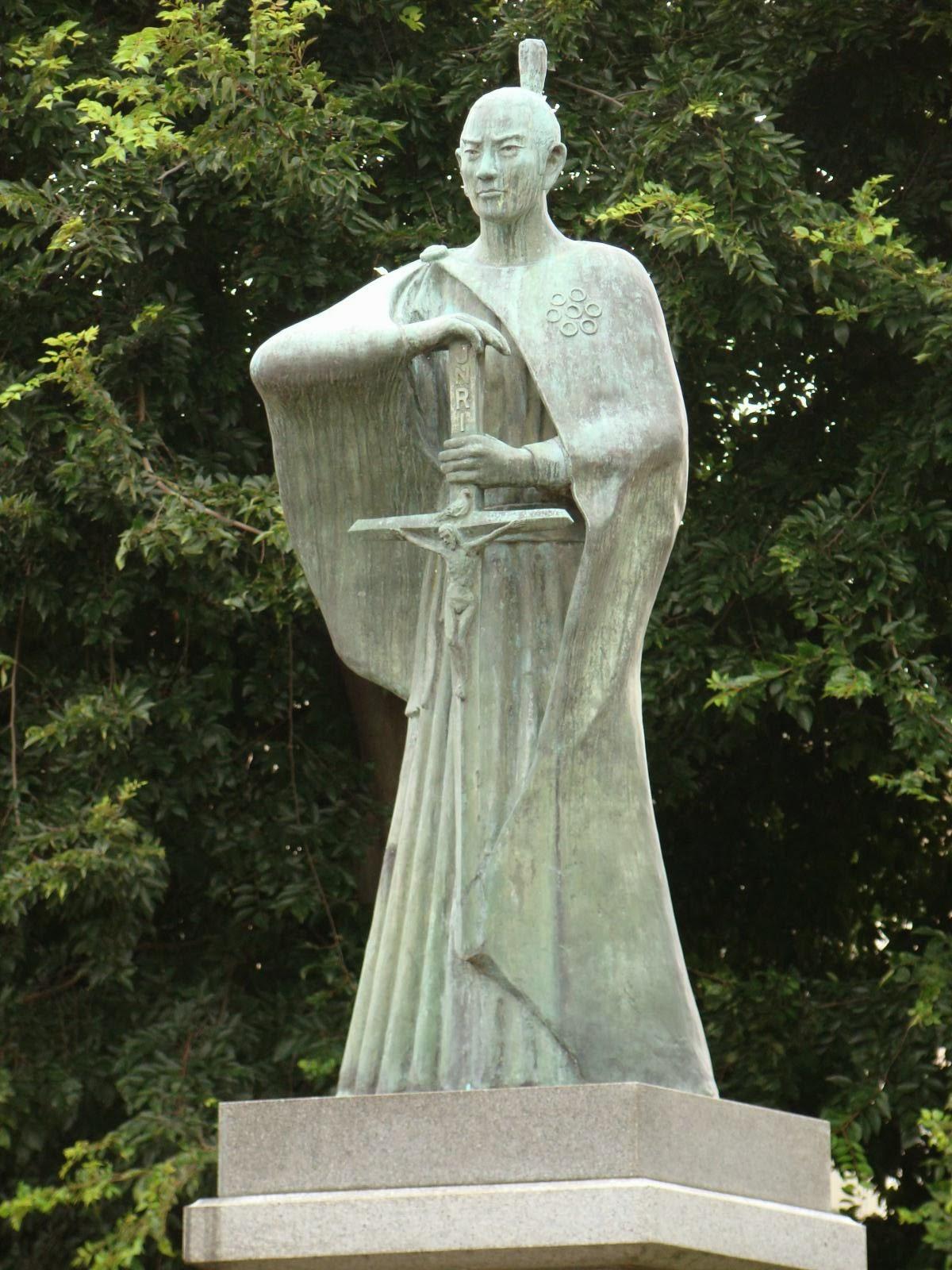 Monumento a Dom Justo Takayama Ukon.  Este poderoso senhor feudal (daimo) é lembrado como grande promotor e protetor  do catolicismo. Considerada sua alta posição na nobreza e no governo do Império,  foi exilado junto com centenas de católicos que protegia.  Morreu 40 dias após chegar em Manila, Filipinas.  Está em andamento seu processo de canonização.  Foto de monumento na Praça Dilao, em Manila