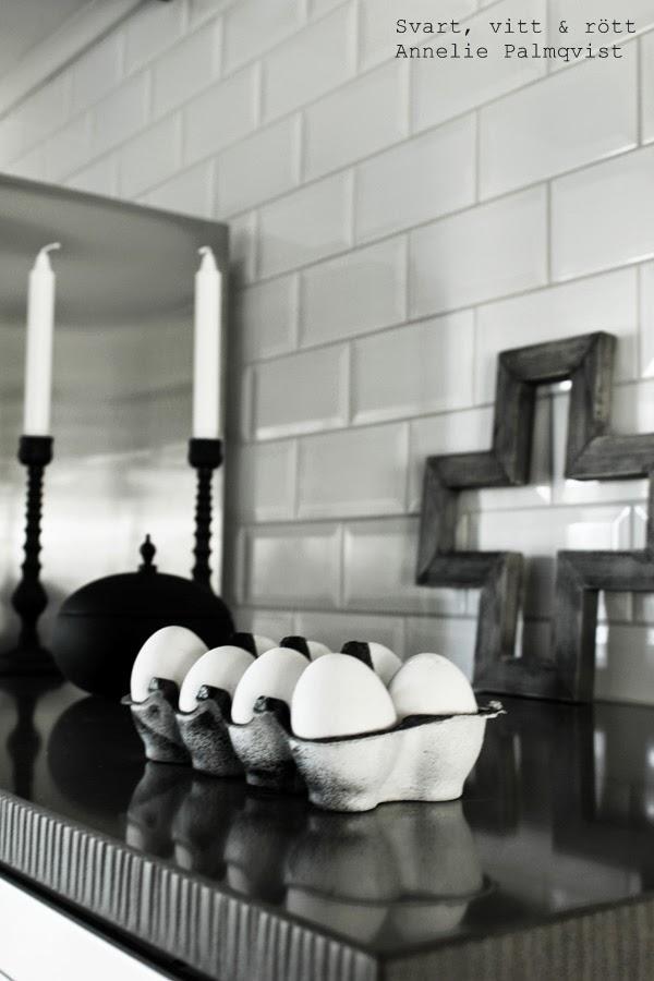 diy påsk, pyssel, måla äggkartong, sprayfärg, svart och vitt, stenskiva, granit, svart detalj, kors som prydnad, träkors, inspiration påsk, påskägg, vita ägg, kitchen, details, inredning, vit kakelvägg upp till tak i köket,