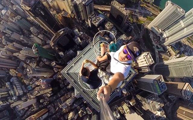 Aksi Berani Mati Remaja Bergambar Selfie Di Puncak Bangunan Pencakar Langit
