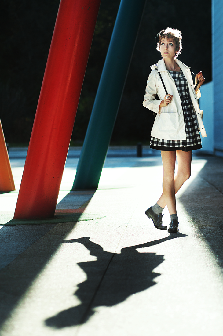 photographie, tenue entière de la blogueuse mode das sheep, k-way petit bateau, robe à carreaux
