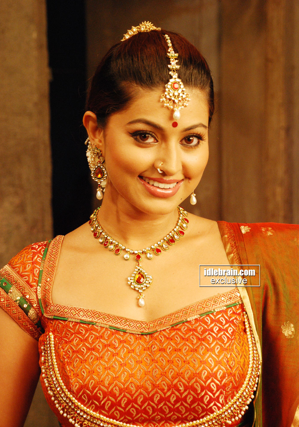 Tamil actress Sneha hot navel show in saree « Mallufun.com