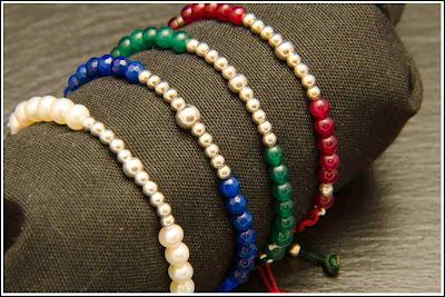 Pulseras líneas de plata y bolas de jade verde y granate, ágatas azules y perlas
