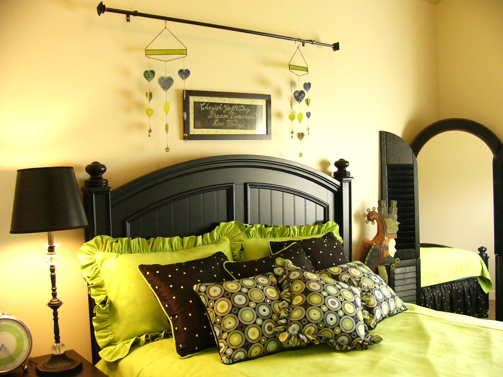Ideas for brianna 39 s green and black bedroom on pinterest Green and black bedroom