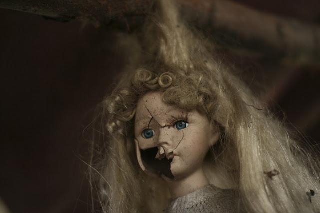 فيلم رعب على أرض الواقع ، في جزيرة الدمي المشوهه .   Island-of-dolls-5%5B2%5D