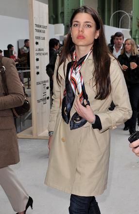 927e4d3cc6c6 ... Kate Middleton sont photographiées en portant le Carré de Hermès.