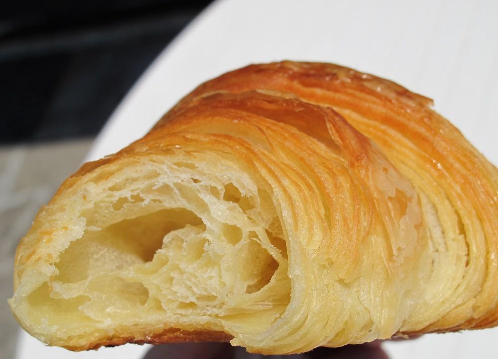 Raids p tisseries pains beurre et chocolat un croissant - Recette croissant au beurre ...