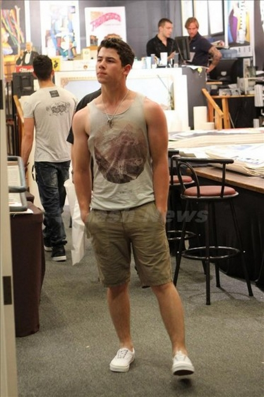 Jonas Brothers: Candids&Noticias > 5 Nick-joe-hawaii-004