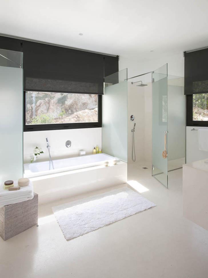Bathroom in Casa 115 by Miquel Àngel Lacomba