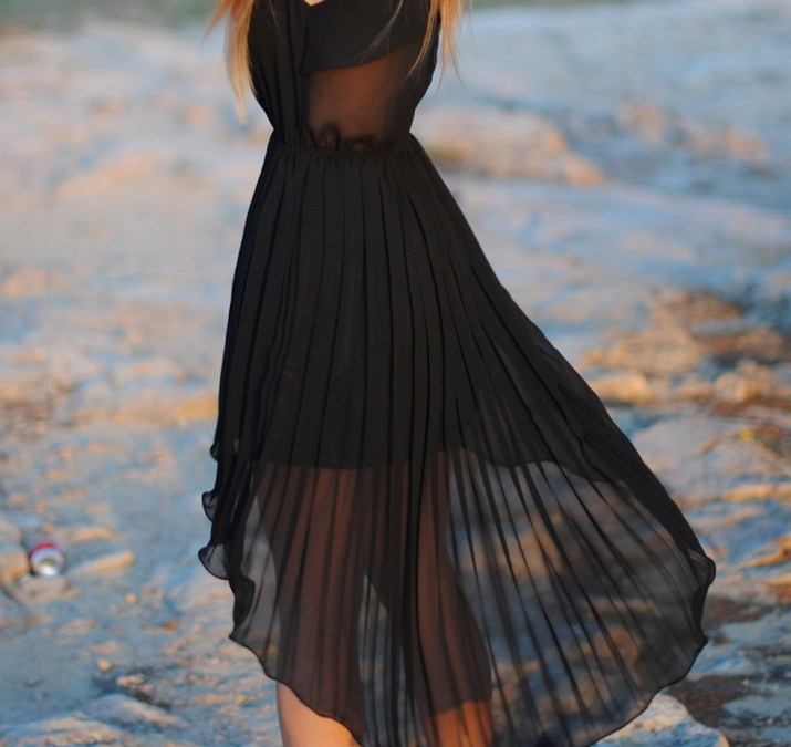 Pleated dress with transparent skirt by spanish fashion blog Mes Voyages à Paris