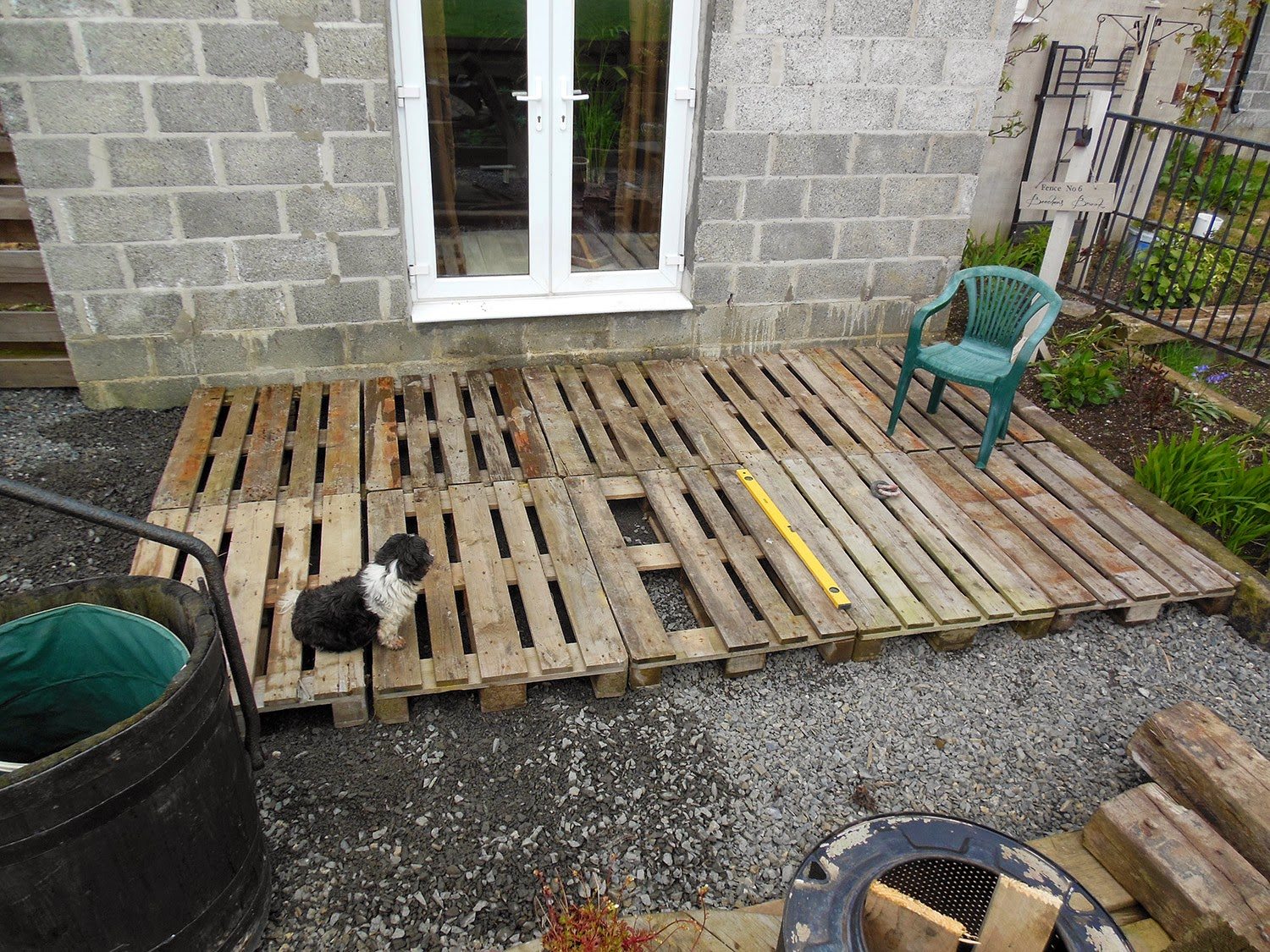 The tenacious gardener diy pallet wood decking for How to make a pallet deck