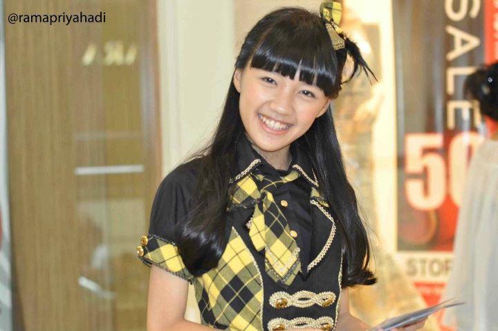 Cindy JKT48 saat sedang membagikan flyer di plasa senayan