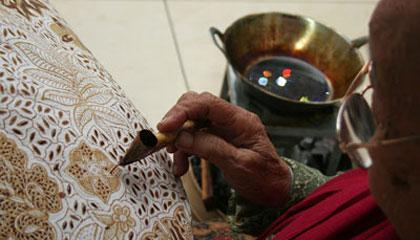 cara membuat batik tulis + video Batik Naluri Laweyan