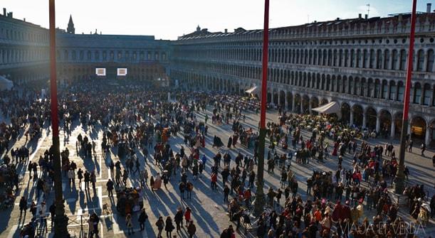 Plaza San Marcos en carnavales, Venecia. Foto de Viaja et verba