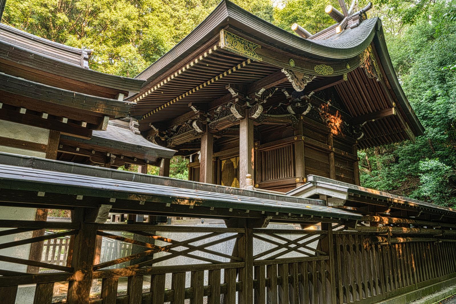 貫井神社、本殿と東側の玉垣