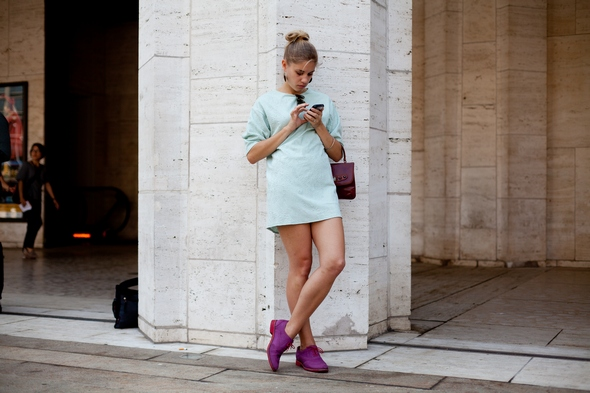 texting at fashion week new york purple buck wingtip shoes girls in mens shoes high bun hair short dress tunic dress new york street style the stylepreneur