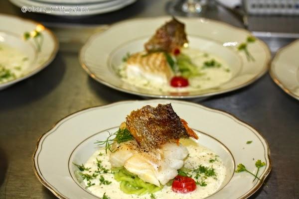 Fisch frisch geräuchert auf Gurke und Joghurt Suppe - ein Sommergericht