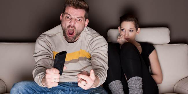 4 Kebiasaan Aneh Pria (Wanita HARUS Tahu!)